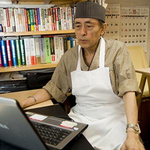 東京・西麻布の店で種子島産蜜芋の「健幸スイーツ」を販売する池田吉郷さん。<br>初めてでも使いやすいから、とショップサーブでネット通販を開始。